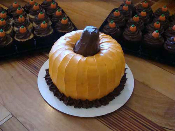 Halloween Party Ideen kürbisse torten kuchen braun
