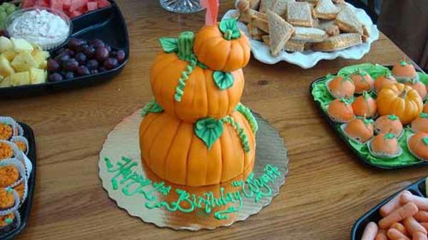 Halloween Party Ideen kürbisse torten kuchen mehrstöckig