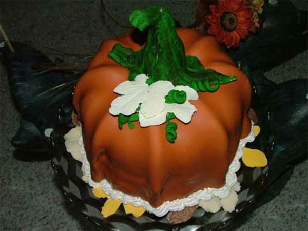 Halloween Ideen kürbisse torten kuchen weiß blüten