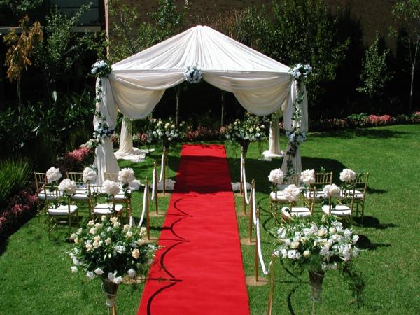 Hochzeitsdeko roter teppich Blumenschmuck elegant