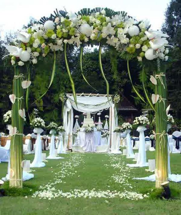 Hochzeitsdeko weiß blüten Blumenschmuck grün laub