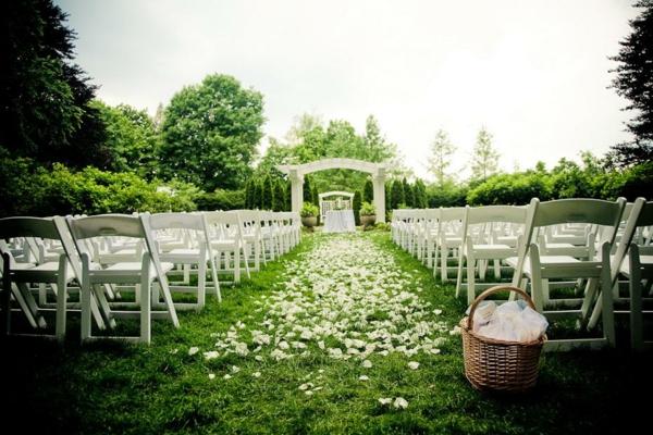 Hochzeitsdeko korb ländlich effekt Blumenschmuck grün natur