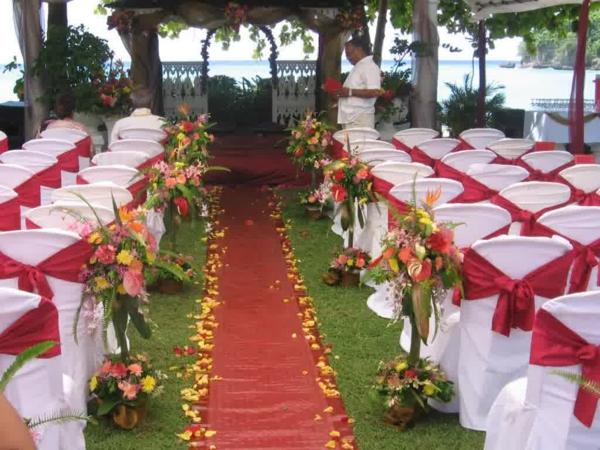 Hochzeitsdeko Blumenschmuck rot teppich