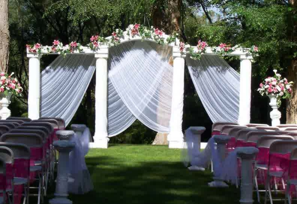 Hochzeitsdeko Blumenschmuck säule gardinen