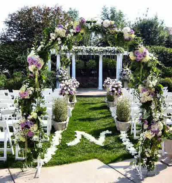Hochzeitsdeko mit Blumenschmuck schleife