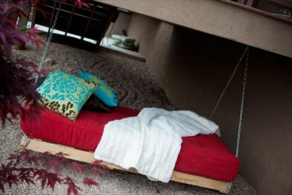 Holz Gartenschaukel aus Paletten bett matratze