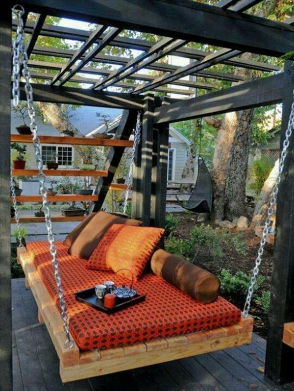 Gartenschaukel aus Paletten orange matratze