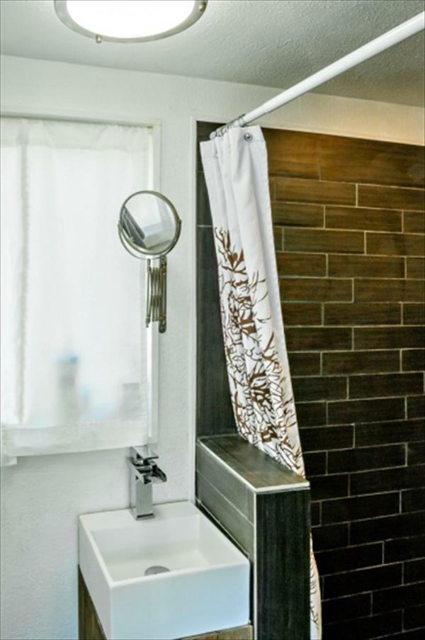 Holzhaus spiegel rund Europaletten duschvorhang