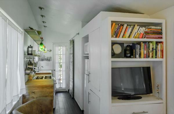 Holzhaus aus Europaletten regale bücher wohnzimmer
