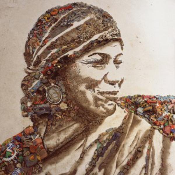 Kunstwerke aus Müll und Abfall lachend frau