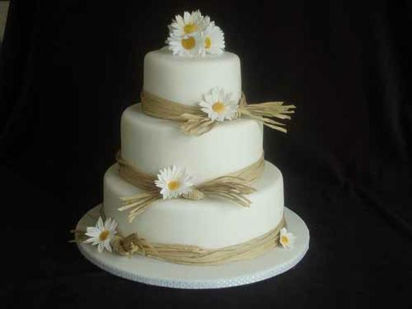Mehrstöckige weiß gelb  Hochzeitstorten kuchen braut glatt