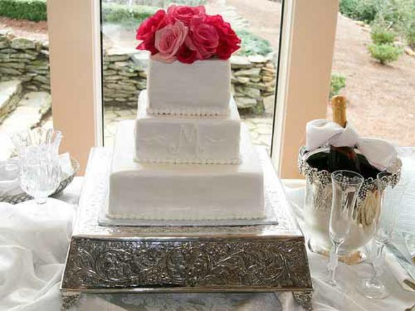 Mehrstöckige blumen Hochzeitstorten kuchen braut weiß rot