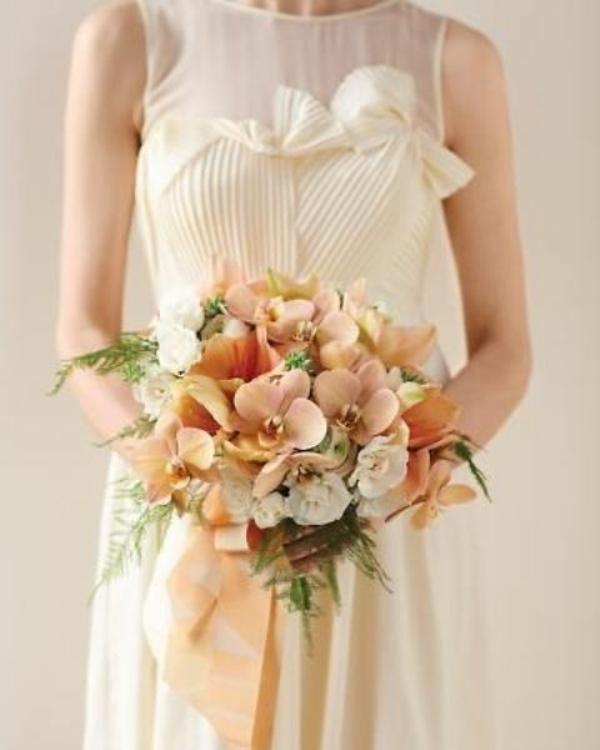 Hochzeitsdeko in Cremig und Pfirsichfarben blumenstrauß