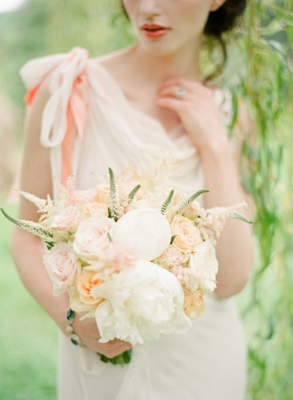Hochzeitsdeko in Cremig und Pfirsichfarben kleid