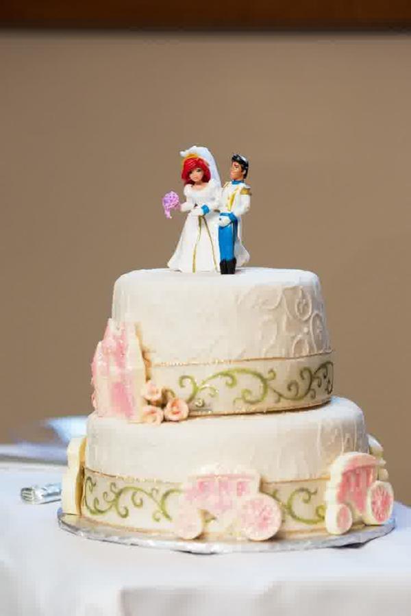 preisgünstige zweistöckige Hochzeitstorte ehepaar