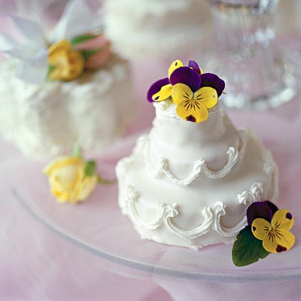 Preiswerte zweistöckige Hochzeitstorten gelb blüten