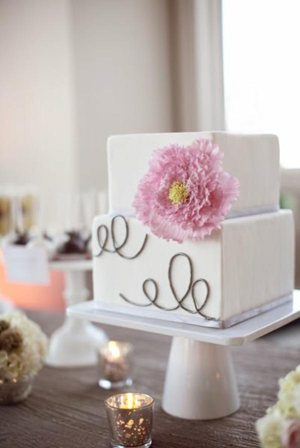 Preiswerte zweistöckige Hochzeitstorte rosa