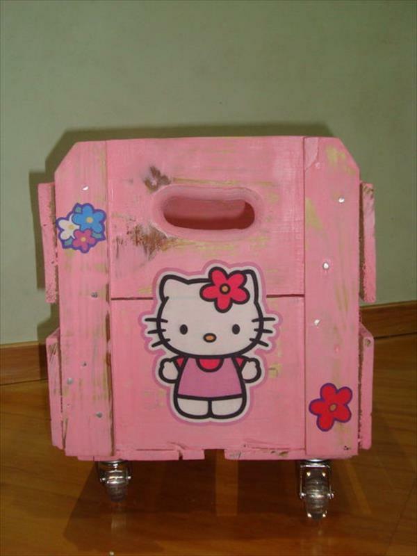 Rosa Aufbewahrungsbox mit Rollen aus Holzpaletten hello kitty