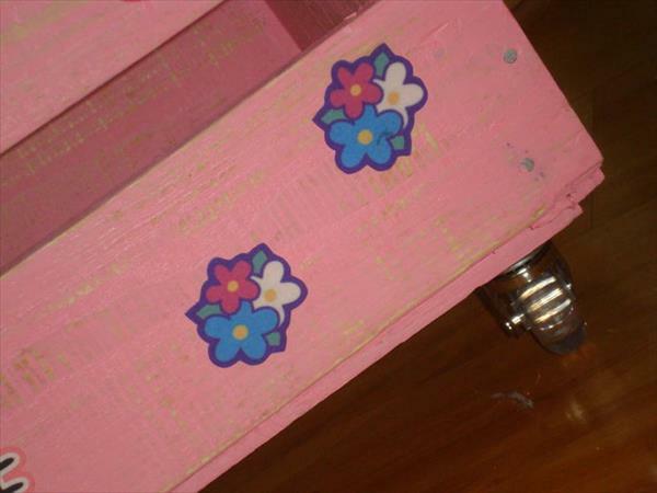 Rosa Aufbewahrungsbox mit Rollen aus Holzpaletten kinder