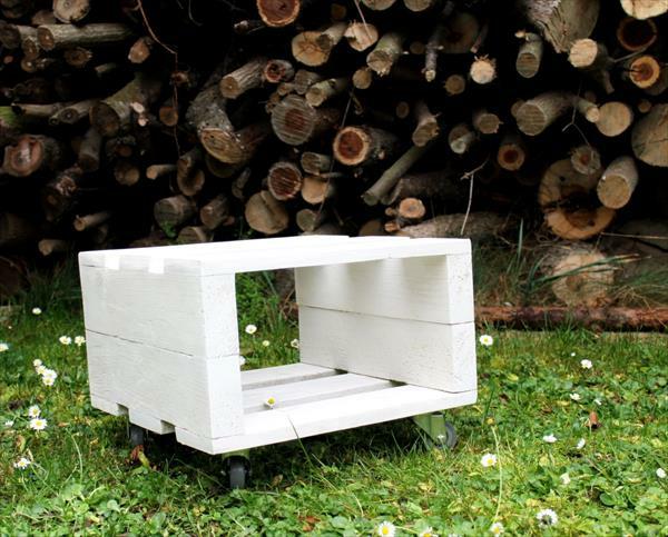 brennholz Sitzhocker aus Holzpaletten weiß auf rollen