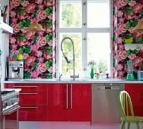 Tapeten und Stoffe mit Blumenmuster als Deko im Innendesign