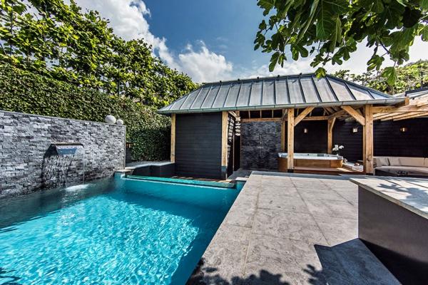 Wellness Einrichtung und Schwimmbad im Garten