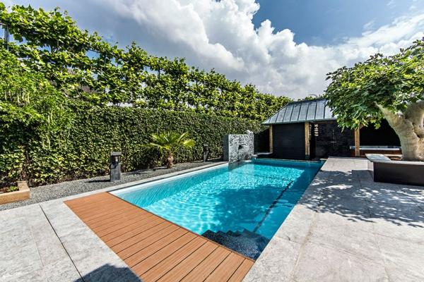 Wellness Einrichtung und Schwimmbad im Garten fußweg holz