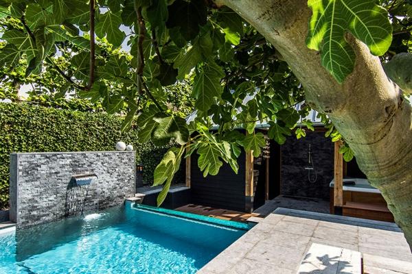 Wellness Einrichtung und Schwimmbad im Garten stein