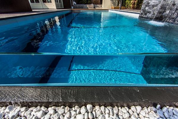 Wellness Einrichtung Schwimmbad im Garten steine