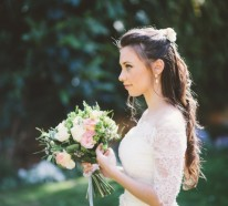 Brautfrisur halboffen – kommen Sie mit Stil unter die Haube!