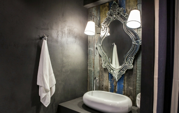 dunkle flecken spiegel im  badezimmer grau wand