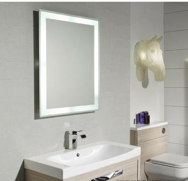dunkle flecken spiegel pferdekopf lichtkörper badezimmer minimalistisch
