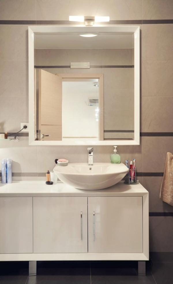 flecken spiegel wandleuchter badezimmer weiß