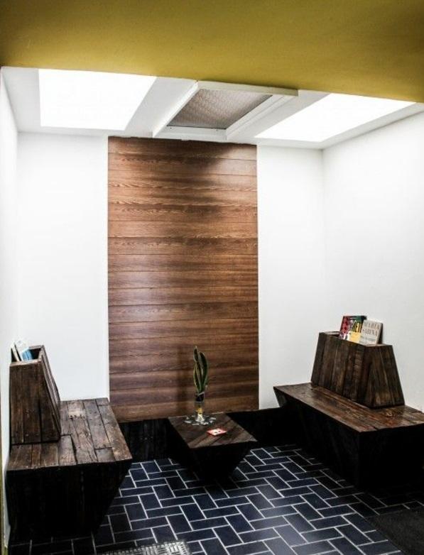 flur sitzbank aus holzpaletten verleiht eine rustikale note. Black Bedroom Furniture Sets. Home Design Ideas
