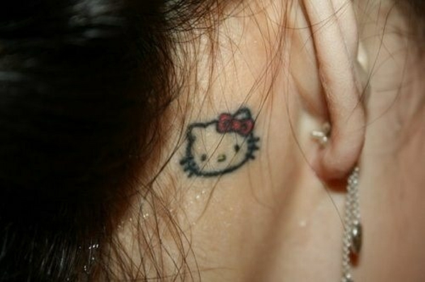 tattoo hinterm ohr hello kitty