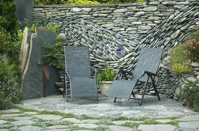 gartengestaltung ideen gartenzaun bauen steine kunstwerk installation