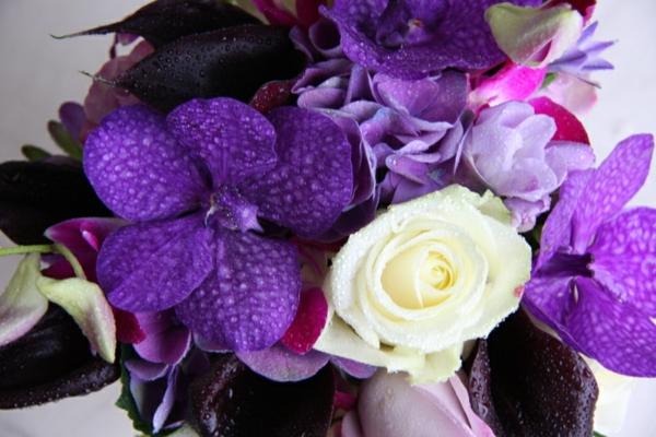 hochzeit brautstrauß lila blumen weiß deko