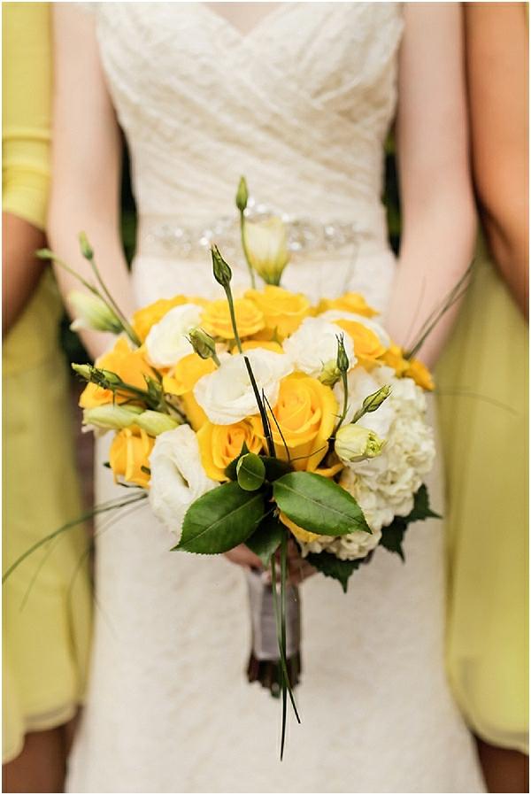 Romantische Hochzeitsfeier ideen trauung im freien gelb blumen
