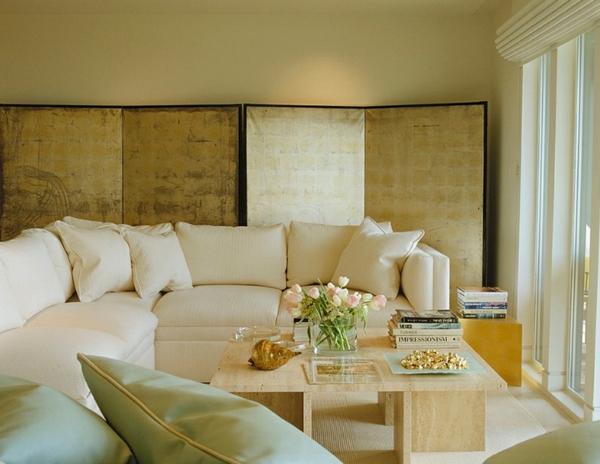 innendesign ideen ägyptischer stil farbakzente gold raumteiler paravent wohnzimmer sofa