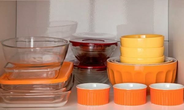 küchengestaltung ideen küchenschränke ordnen stauraum geschirr orange