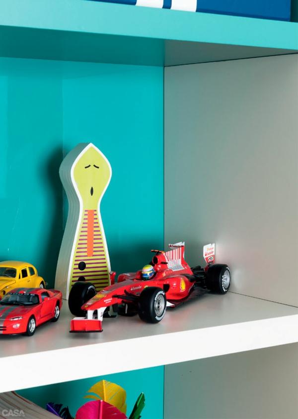 kinderzimmer für jungs bett wandregale spielzeuge autos