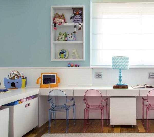 kinderzimmer gestalten lernecke acrylmöbel stühle wandregal wandfarbe taubenblau