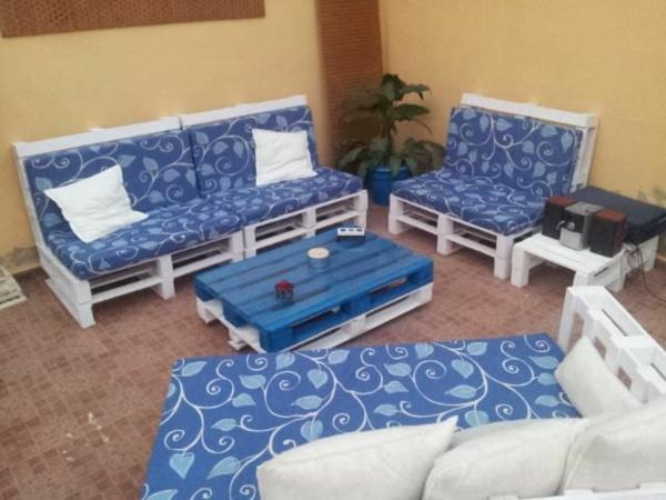 Holzmöbel muster weiß kissen Paletten blau farbe