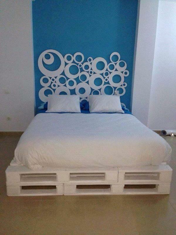 massive Holzmöbel aus Paletten weiß bemalt bettgestell