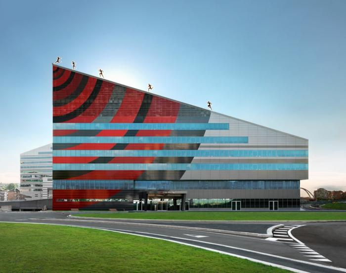 moderne architekten fabio novembre gebäude rot schwarz casa milan fußball museum mailand