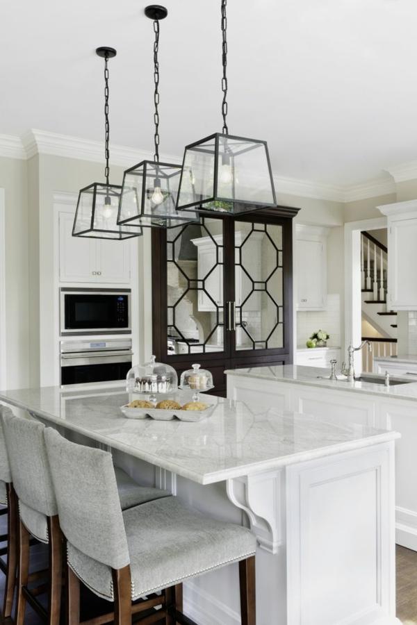 küchenbereich gestalten pendelleuchten Kochinsel tisch stühle