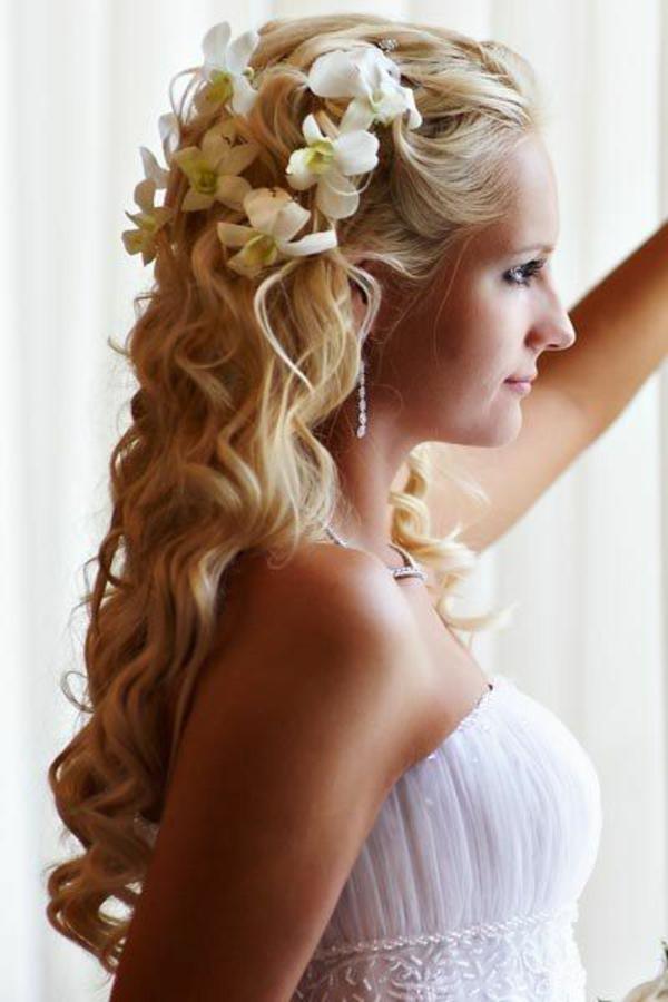 brautfrisur lange haare halboffen wellen weiße blumen