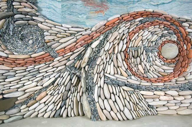 steinwand moderne kunst wandgestaltung ideen kieselsteine installation
