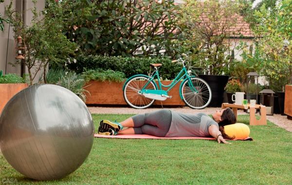 terrassengestaltung ideen sport treiben pilates ball fahrrad rasen teppich
