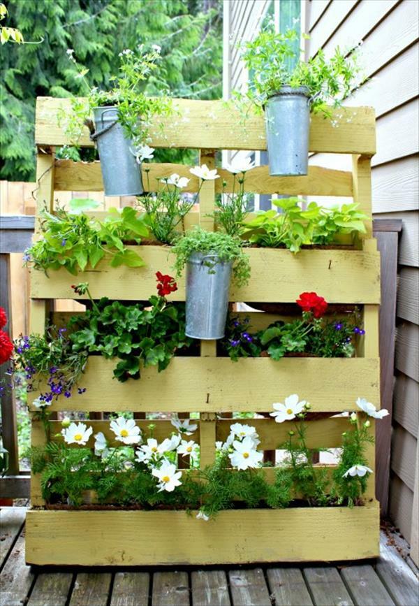 vertikaler garten und blumenbeet anlegen - diy aus europaletten, Gartenarbeit